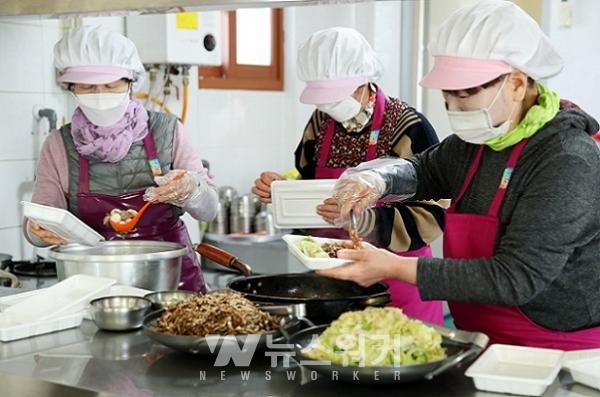 지난 11일 옴천면 경로식당 종사자와 자활근로자들이 어르신들 도시락 배달을 위해 음식을 조리하고 있다.