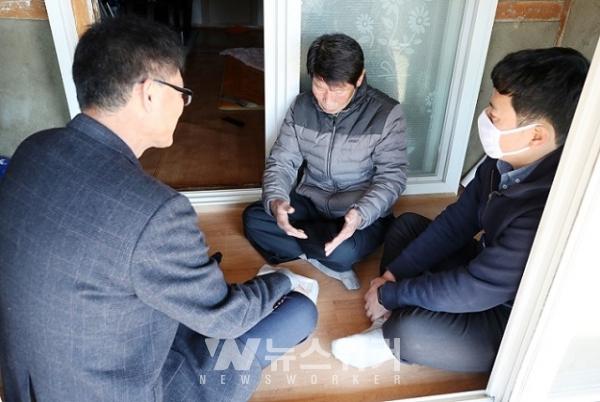 송용섭 옴천면장이 마을 어르신들에게 도시락을 직접 전달하며 안부를 확인하고 있다.